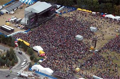 Lidé se schází na koncert - Foto: Kabát