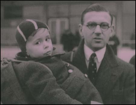 Sir Nicolas Winton s jedním ze zachráněných dětí...