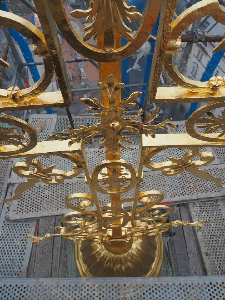 Kříž na vršku východní věže. Staroměstský chrám Sv. Mikuláše. Praha 12.XI.2014 - Foto: Eugen Kukla