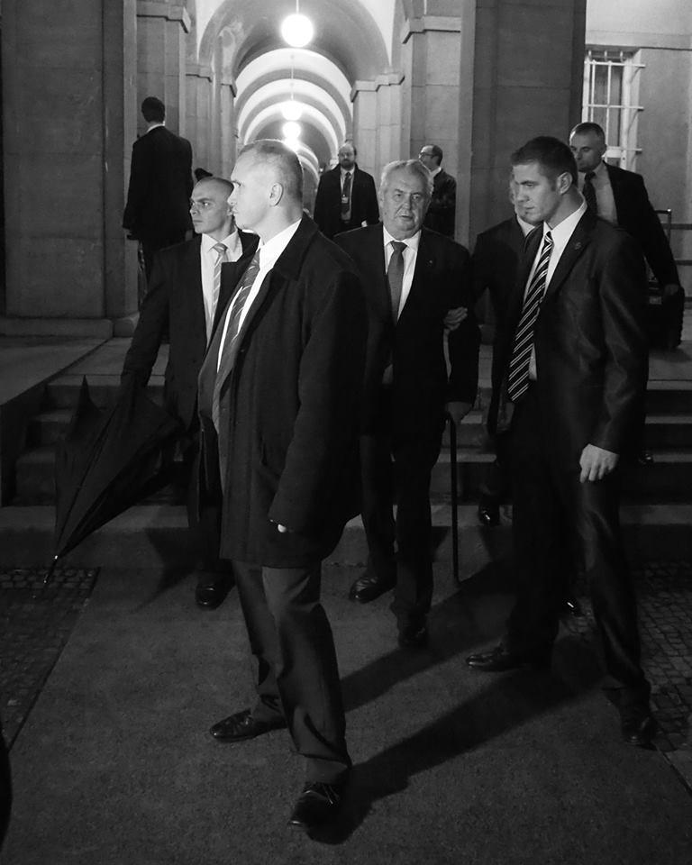 Deštník připraven! Cca 30 metrů nalevo, za policejním kordonem, stojí demonstranti. President Zeman opouští PF UK. Praha 17.XI.2014 - Foto: Eugen Kukla