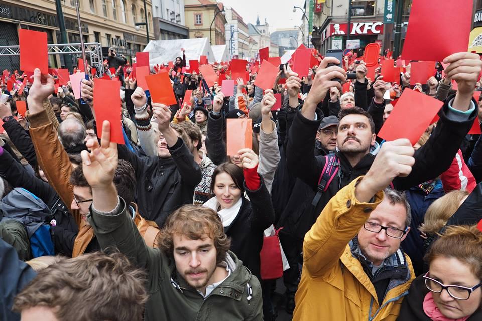 Červená karta presidentovi Zemanovi. Praha -Národní, 17.XI.2014, 11:10 -  Foto: Eugen Kukla