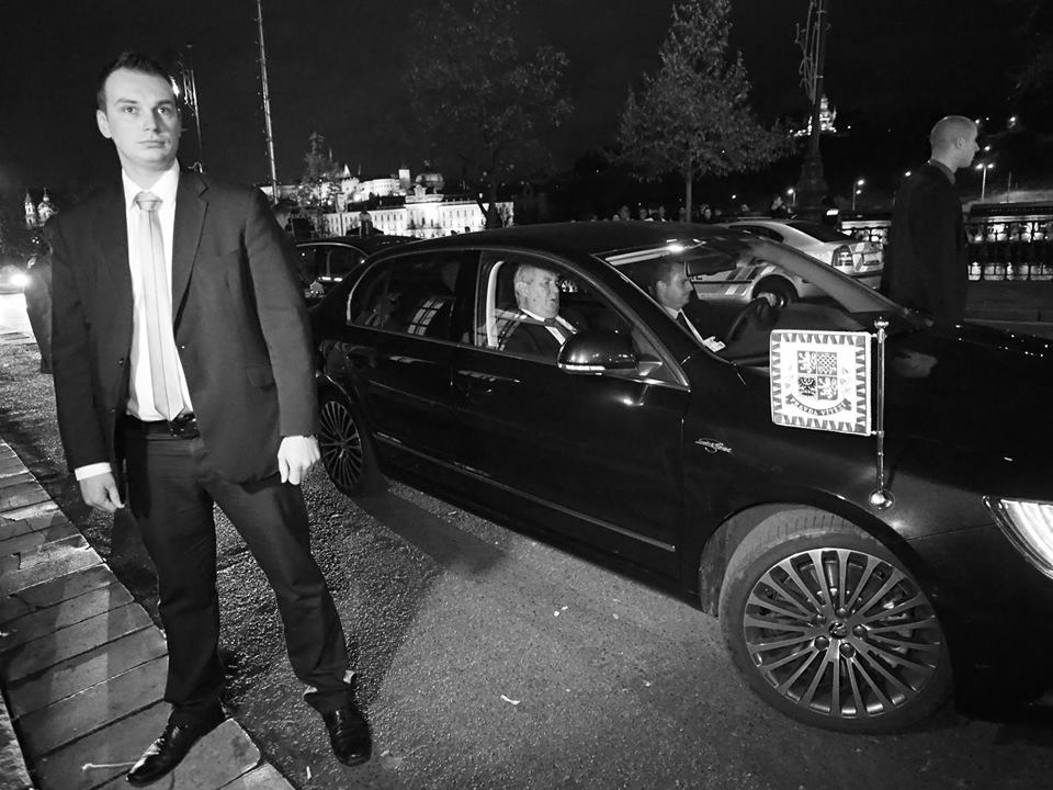 President Zeman odjíždí za pískotu demonstrantů od PF UK. Praha 17.XI.2014 - Foto: Eugen Kukla
