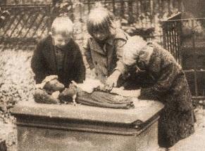 Děti u hrobečku svatého holčičky - Dobový tisk