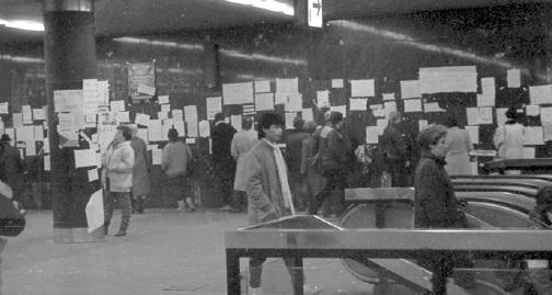 Stanice metra Muzeum polepená revolučními plakáty - Foto: archvi DPP