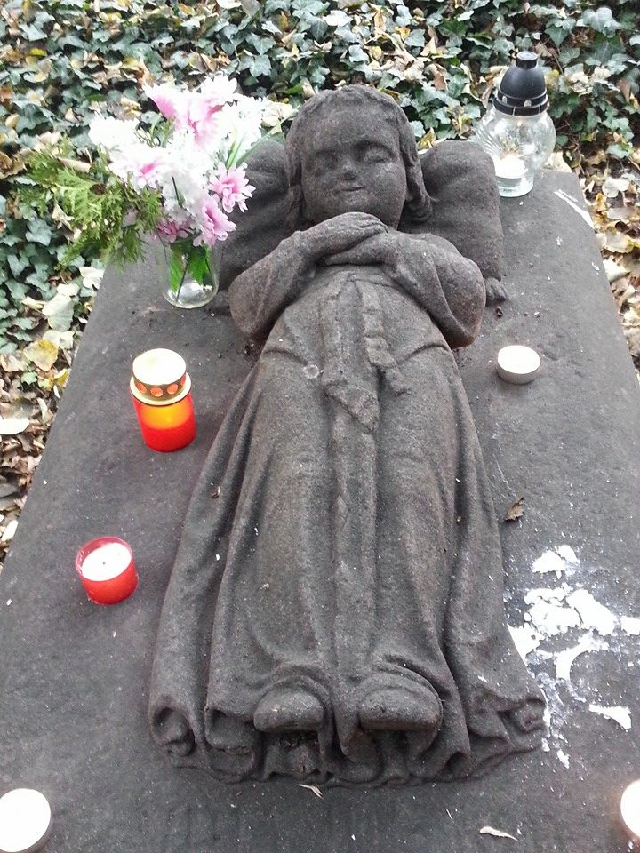 Ke svaté holčičce chodí dodnes děti s kytičkami, svíčkami a papírky s přáními - Foto: David Černý
