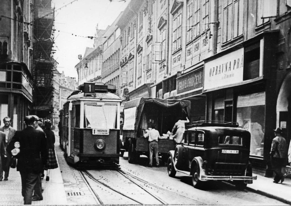 Tramvaje tvořily kolorit Celetné ulice až do 1. 1. 1960, kdy byl provoz přes Staroměstské náměstí ukončen. - čerpáno z facebooku Československý dopravák