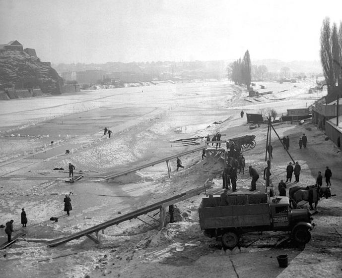 Těžba ledu na Smíchově. Led byl převážen do ledáren, kde byl uchováván po celý rok. Z ledáren byly kostky ledu rozváženy do lednic v hospodách a hokynářství