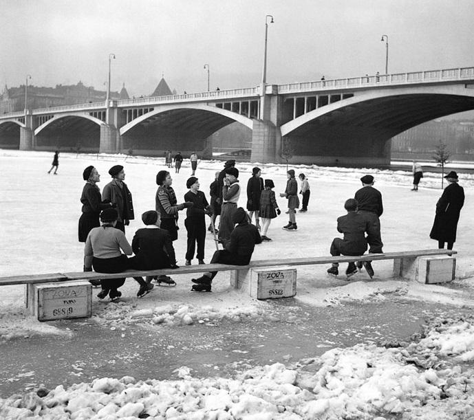 Zamrzlá Vltava v roce 1939 pod Jiráskovým mostem