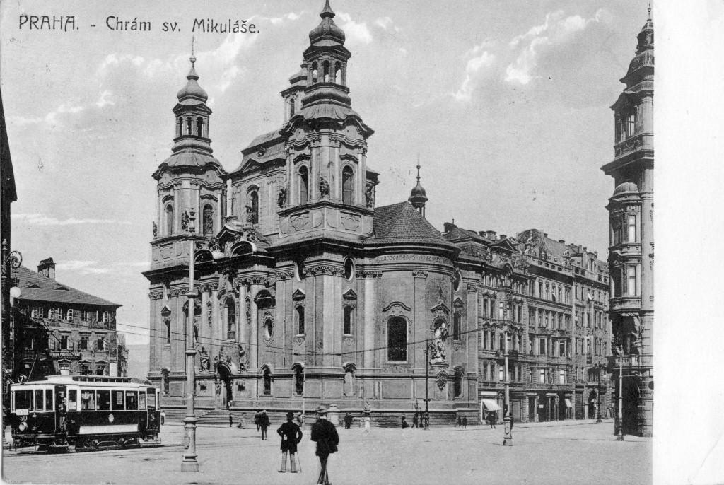 Ještě jeden pohled na chrám sv. Mikuláše, tentokrát s motorovým vozem ev. č. 50 z roku 1898 vyrobeným vagónkou Ringhoffer na Smíchově. V období první republiky byl tento vůz společně s dalšími z téže výrobní série přestavěn na vlečný. - čerpáno z facebooku Československý dopravák
