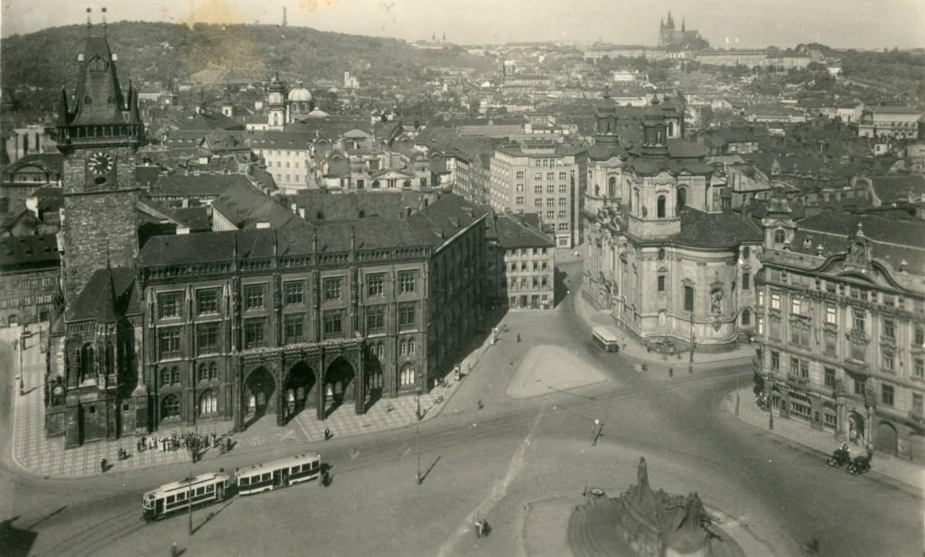 Autobus a souprava tramvají na Staroměstském náměstí. - čerpáno z facebooku Československý dopravák