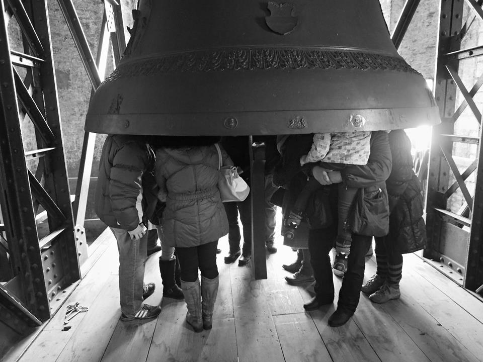 Po zvonění pozvou zvoníci diváky do zvonu, kteří si pak vychutnají doznívající zvuk zvonu rezonujícího ještě několik minut - Foto: Eugen Kukla