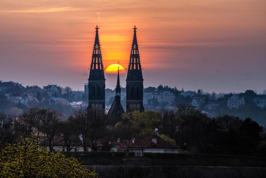 Západ slunce nad Vyšehradem - foceno z Nuselského mostu. Tato fotka vznikla v na konci března při procházce u Vyšehradu - Foto: Aleš Náhlý