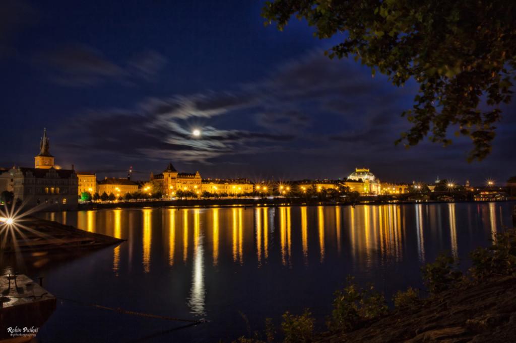 Pohled od Karlova mostu na Národní divadlo - Foto: Robin Puškáš