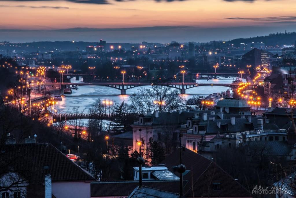 Ne příliš známý pohled z pražkých schodů na Vltavu a pražské mosty - Foto: Aleš Náhlý