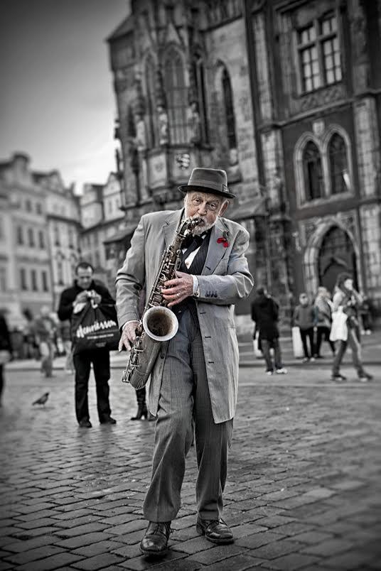 A na závěr pan Pinta, vynikající jazzman, skvělý muzikant, který svým talentem rozdává radost všem turistům… hraje na staroměstském náměstí…Mám toho pána rád…  - Foto: Robin Puškáš