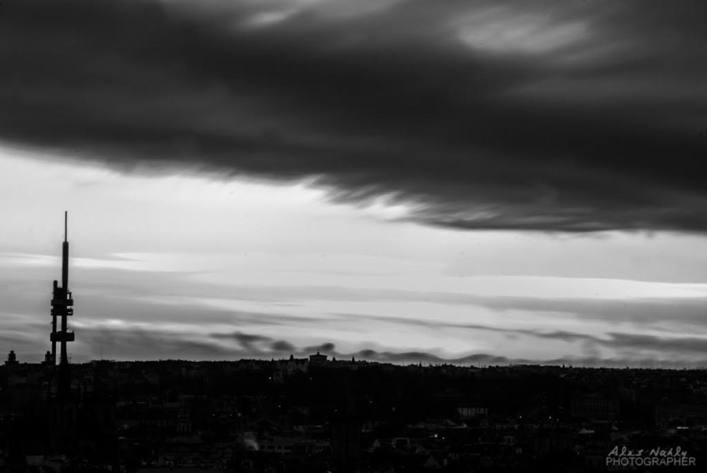 Silueta Žižkovského vysílače. Foceno z Pražského hradu při východu slunce - Foto: Aleš Náhlý