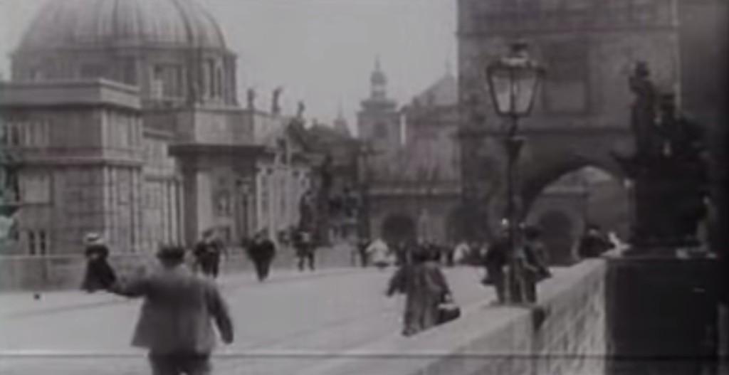 Ruch na Karlově mostě - Repro: Stará Praha 1912