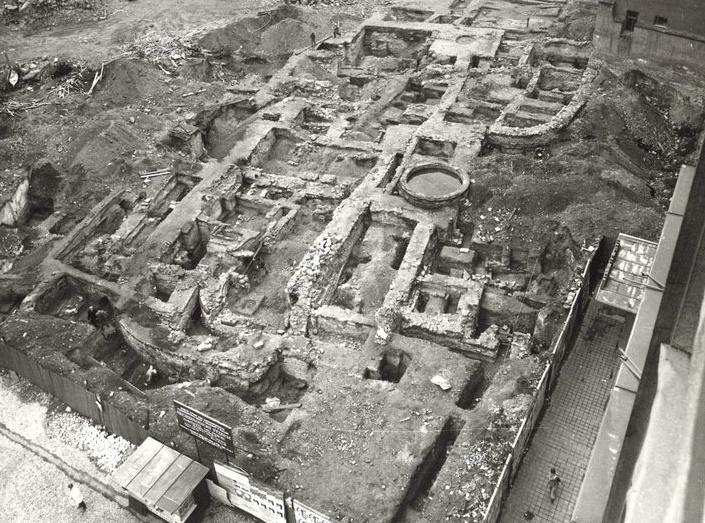 Kromě základového zdiva svatobenediktského kostela byla zdokumentována celá řada staropražských domů – tedy především zemnice a polozemnice a dva opukou vyzděné obytné objekty, pravděpodobně pozůstatky jádra dvorců. Ve druhé polovině 13. století, tedy za vlády Přemysla Otakara II, došlo k výstavbě staroměstského opevnění a výstavbě rytířské komendy, která byla obehnaná 1,2 metru vysokou hradbou. Za renesance se někdejší kostel stal součástí raně barokního chrámu v premonstrátském vysokoškolském zařízení, jemuž se říkalo Norbertinum. Kostel svatého Norberta byl po zrušení koleje v roce 1783 zrušen a na pozemku vznikla poslední stavba - Novoměstský ústav šlechtičen, který byl zrušen v roce 1918.