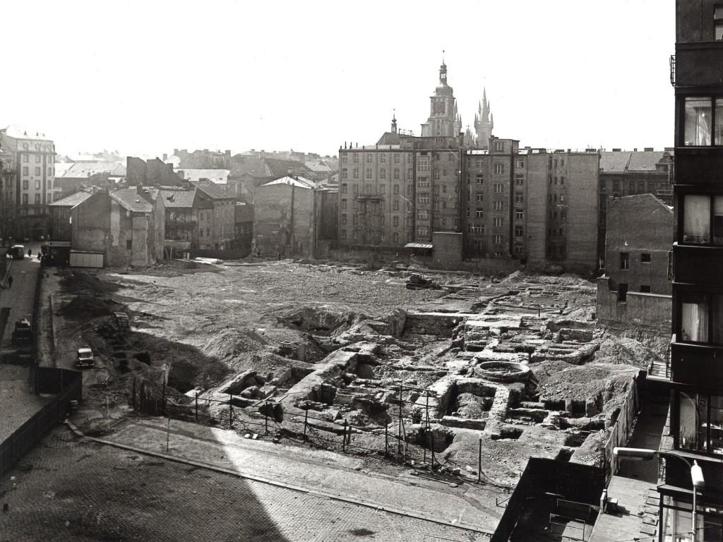 Kvůli výstavbě Kotvy bylo zbořeno i nékolik domů z 19. a 20. století