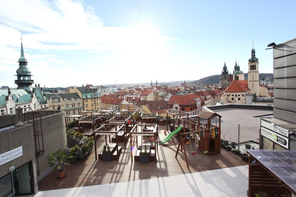 Terasy Kotvy nabízejí nevšední výhled na kostely Starého Města
