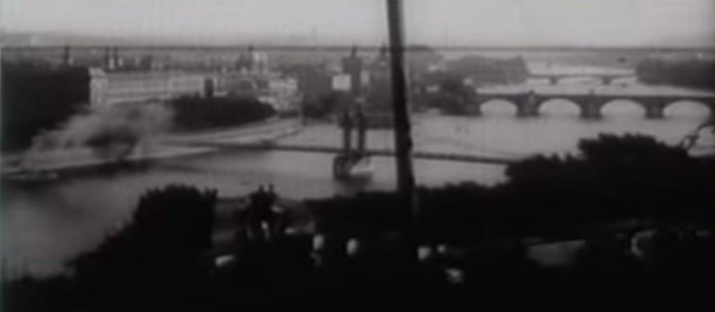 V místech, kde je dnes Mánesův most mezi Klárovem a Rudolfinem byla lávka pro pěší. Sloužila do roku 1914- - Repro: Stará Praha 1912
