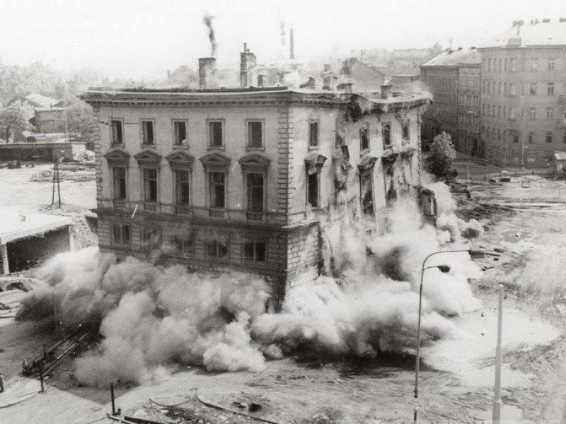 16. března 1985 byla odstřelena budova nádraží Praha - Těšnov