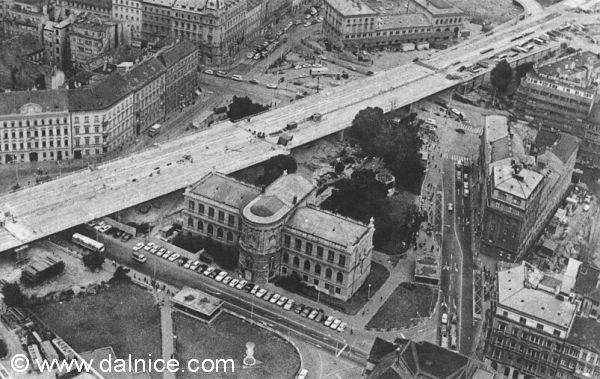 Město protnula severojižní magistrála. Kvůli ní byla odstřelena budova nádraží Praha-Těšnov
