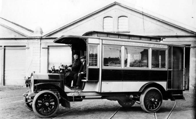 jedním z prvních pražských autobusů byl tento vůz Laurint a Klement. 7. března 1908 zahájila svůj provoz první pražská autobusová linka z Malostranského později Křižovníckého náměstí na Pohořelec.  - Foto: www.mhd140.cz