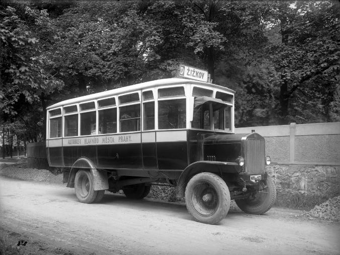 Autobus Praga N č. 4 při zahájení autobusového provozu v Malešicích v roce 1925. - Foto: www.mhd140.cz