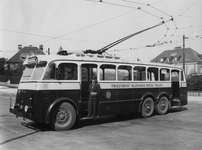 Jeden z prvních tří pražských trolejbusů v roce 1936. Jedná se o vůz Škoda Tr 1 na konečné pod vozovnou Střešovice - Foto: www.mhd140.cz