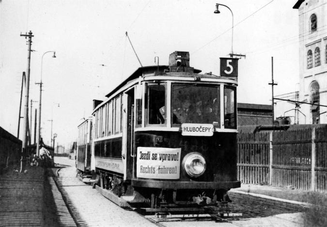 Tramvaj z roku 1939 veze oznámení, že se v Praze začalo jezdit vpravo - Foto: www.mhd140.cz