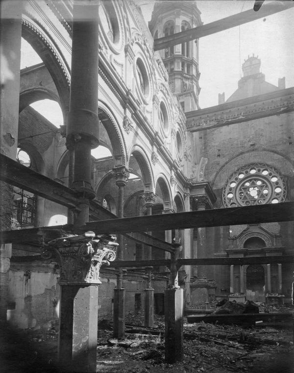 Interiér synagogy po zásahu zápalnou pumou při spojeneckém náletu v únoru 1945