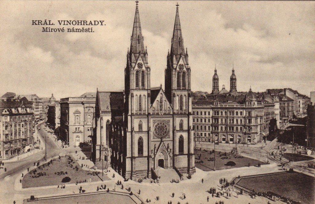 Pohled na kostel svaté Ludmily na dnešním Náměstí Míru. Vpravo od kostela vykukují ze zástavby věže Vinohradské synagogy