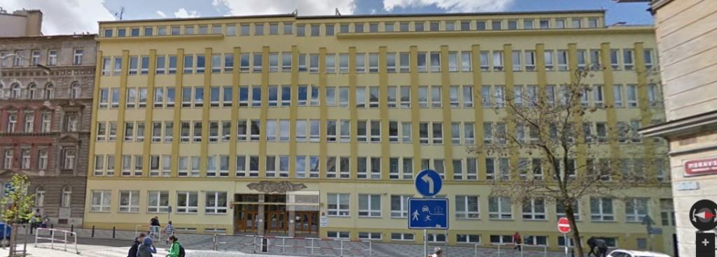 Na místě Vinohradské synagogy dnes stojí škola