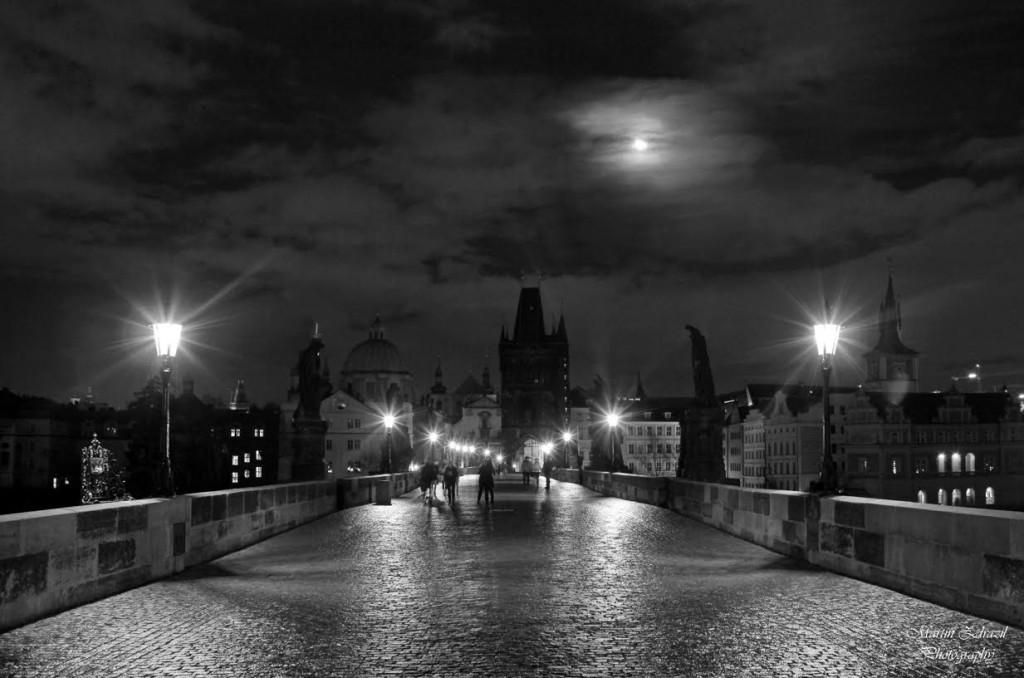 Opět Karlův most - půlnoční scenérii na Karlově mostě si nenechal ujít ani měsíc, který na chvíli vykoukl  z černých mraků - Foto: Martin Zdražil