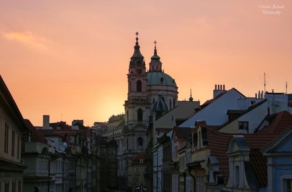 Chrám Svatého Mikuláše – jedna z hlavních dominant Prahy v květnovém podvečeru. Nešlo si tuto událost  nevyfotit... - Foto: Martin Zdražil