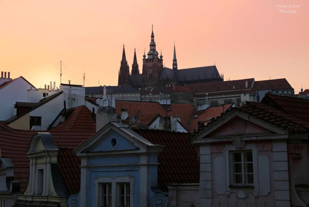 Pražský Hrad – taktéž májový podvečer při zapadajícím slunci a hrad nad střechami malostranských domů - Foto: Martin Zdražil