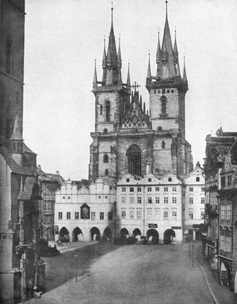 Orloj a Týnský chrám v roce 1856. Za radnicí se nenápadně tyčí Marianský sloup, který byl rozvášněným davem v roce 1918 stržen rozvášněným davem. - Foto: Andreas Groll