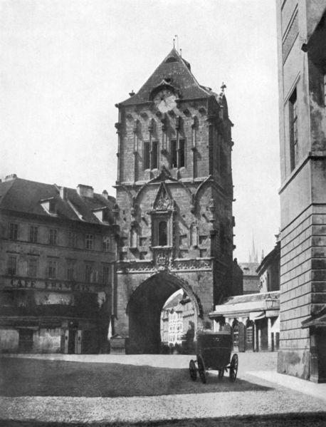 Prašná brána v roce 1856 ještě před Mockerovou regotizací. Zajímavé jsou hodiny, které na současné věži už nejsou - Foto: Andreas Groll (1856)