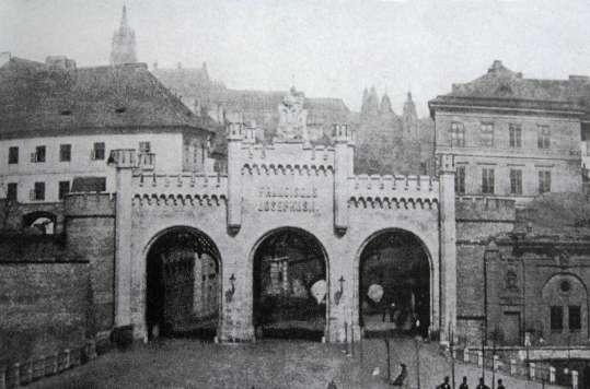 Nová újezdská brána stála na Újezdě pod Petřínem na konci Hladové zdi