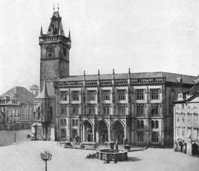 Jiřní křídlo Staroměstské radnice, které bylo zasaženo v květnu 1945 na konci Pražského povstání. Následně bylo strženo. Před radnicí je Krocínova kašna, která byla v době stavby pomníku Jana Husa rozebrána a převezena do depozitáře - Foto: Andreas Groll (1856)