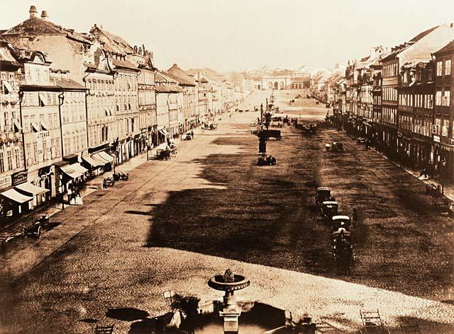 Koňský trh dnešní Václavské náměstí ještě před stržením Koňské brány a stavbou Národního Muzea