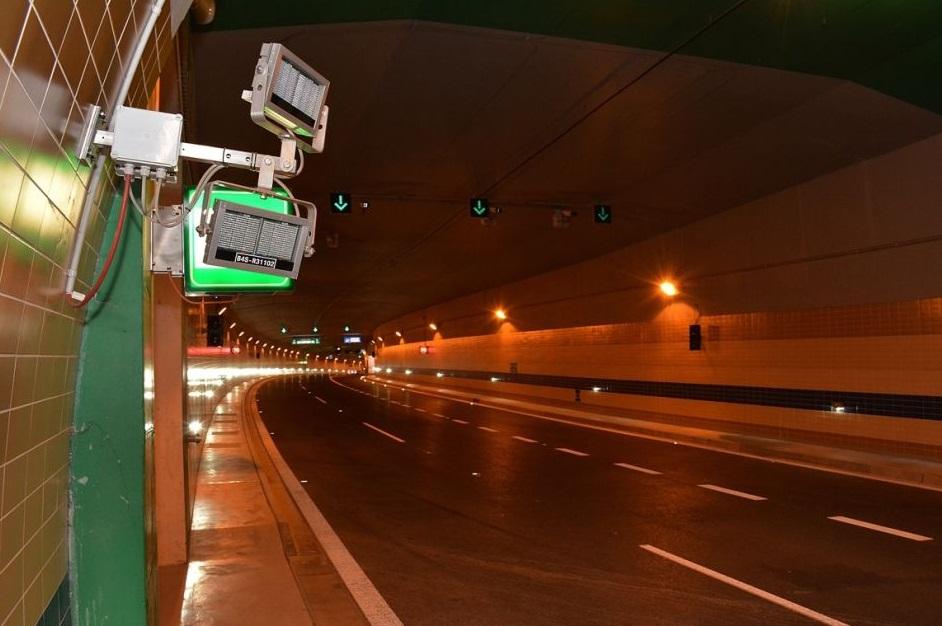 Radar, který v tuenlu bude měřit dodržování rychlosti. Celkem jich je v obou tubusech 6. - Foto: Petr Bušta - Český rozhlas 1 - Radiožurnál