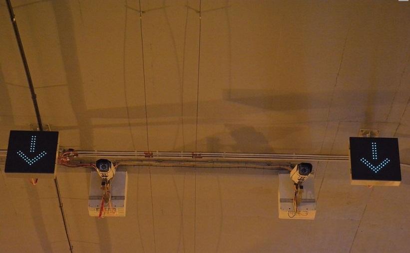 Tenké dráty uprostřed jsou po celé délce tunelu. Technologie se jmenuje FibroLaser. Pokud se drátek rozehřeje na 50 stupňů a víc, spustí se poplach a nouzové větrání  - Foto: Petr Bušta - Český rozhlas 1 - Radiožurnál