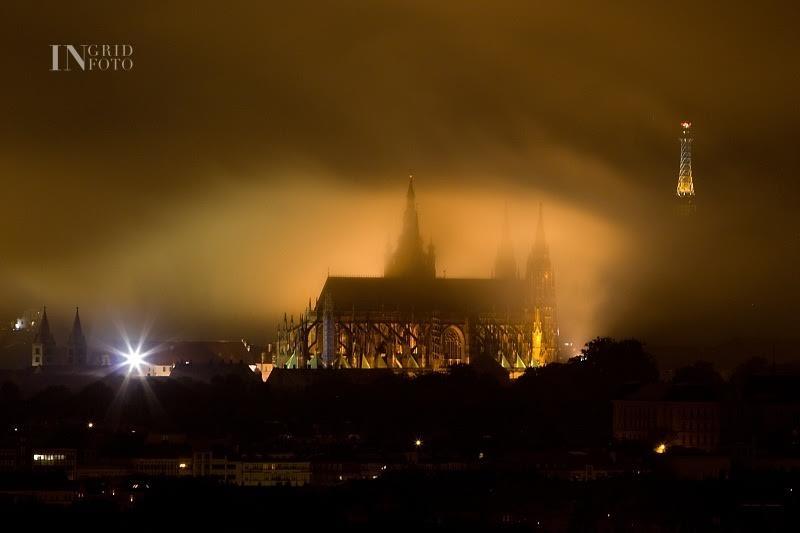 Mlhou zahalený Pražský hrad - Foto: Ingrid Slobodová