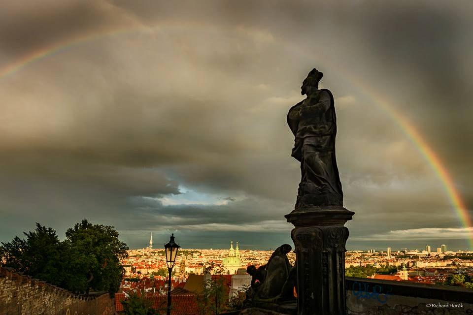 Duha nad Prahou deštivou Horák