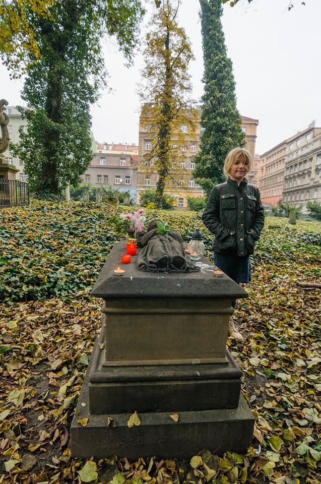 Děti přicházejí k hrobu svatého holčičky na dušičky a prosí ji o ochranu a pomoc - Foto