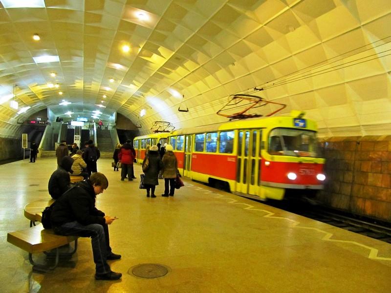 Pražská tramvaj jede v metru