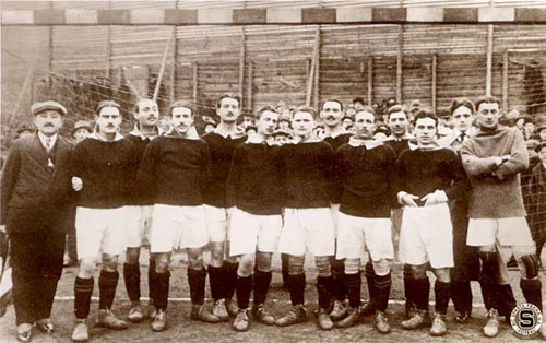 Sparta Praha v roce 1916. Mezi tyčemi tehdy vládl Vlasta Burian. Sestava (zleva): Šašek, A. Janda, Fivébr, Koželuh, A. Hojer, Šroubek, Šraml, Vlasta Burian.