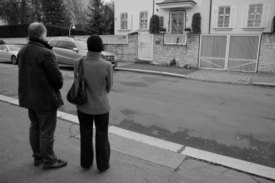 Před vilu manželů Havlových lidé přicházeli kondolovat - Foto: Eugen Kukla